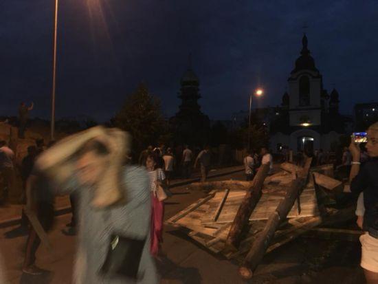 """""""Тітушки"""" зі сльозогінним газом та спалений паркан: у Вишневому протестували проти забудови парку"""
