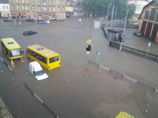 Садовий про Львів після потопу: вода зійшла, лишилося болото