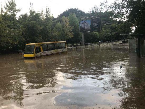 Потужна злива у Львові. Затоплені вулиці паралізували рух транспорту
