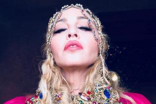 В этническом наряде цвета фуксии: Мадонна показала свой праздничный образ