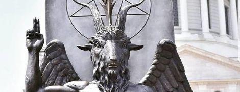 Церковь Сатаны установила статую Бафомета во имя религиозной свободы перед Капитолием штата Арканзас