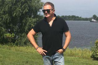 В поло и слипонах: стильный Юрий Горбунов прогулялся возле Днепра