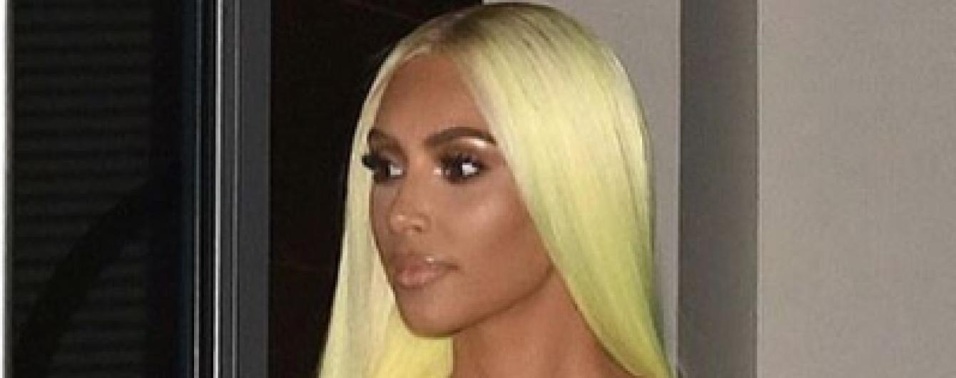 В латексном платье и на дорогом авто: Ким Кардашьян в сексуальном образе приехала на вечеринку