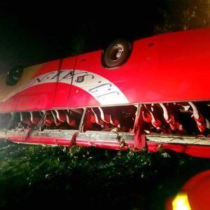 В Польше туристический автобус с украинцами слетел с дороги в обрыв: есть погибшие