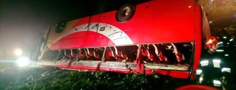 У Польщі туристичний автобус із українцями злетів із дороги в урвище: є загиблі