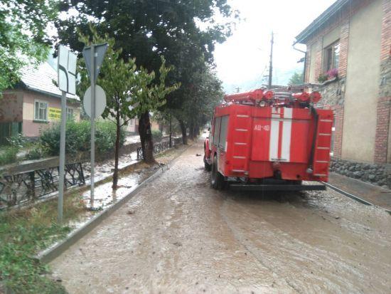 Слідом за Львівщиною злива затопила містечко на Закарпатті