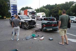На окраине Винницы грузовик подрезал легковушку, отбросив ее в другое авто