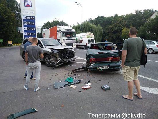 На околиці Вінниці вантажівка підрізала легковик, відкинувши його в інше авто