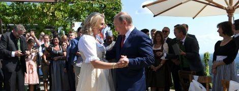 Путин опоздал на свадьбу главы МИД Австрии, но привез букет и казачий хор