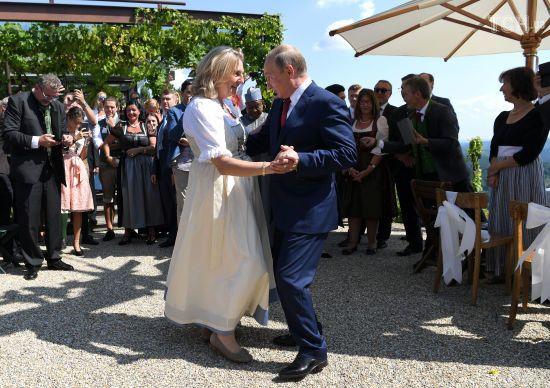 Глава МЗС Австрії пояснила запрошення Путіна на своє весілля