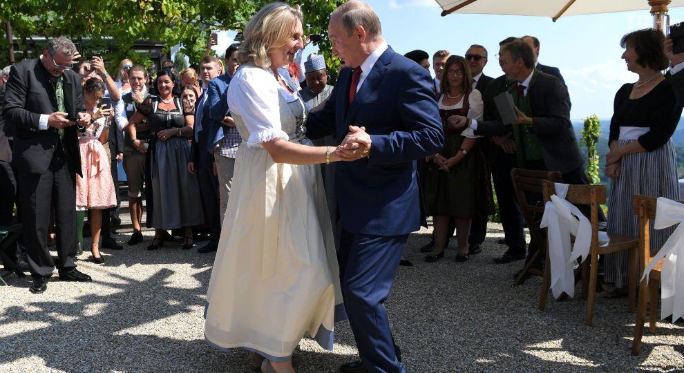 Путін запізнився на весілля глави МЗС Австрії, але привіз букет і кaзачий хор
