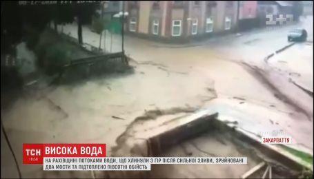 Непогода на Закарпатье: в Рахове подтоплены полсотни домов и разрушен мост