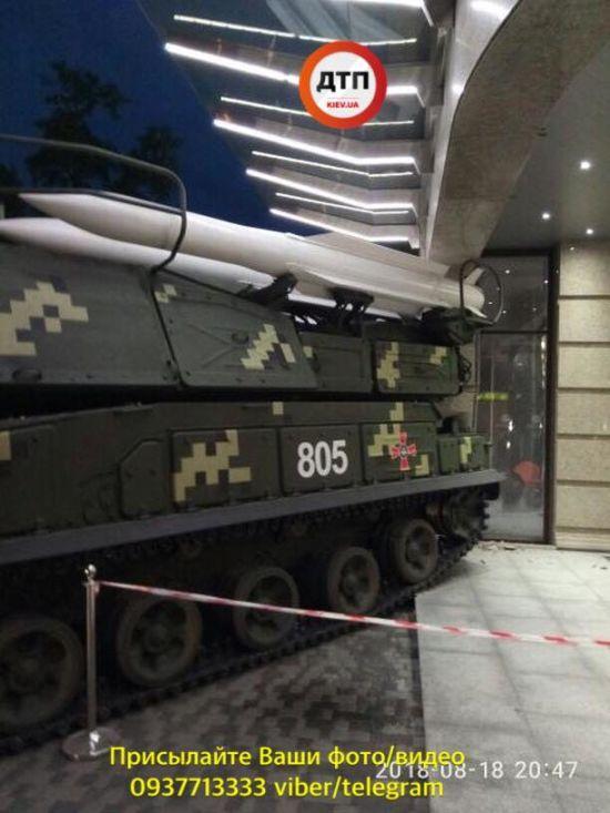 """У Києві """"Бук"""" врізався у бізнес-центр після репетиції параду"""