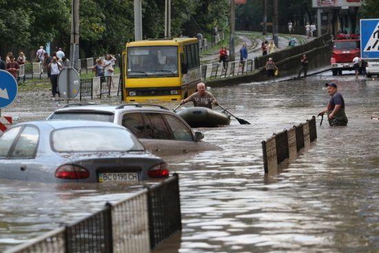 Через потужні зливи у Рахові змило два мости, а у Львові води налило до пояса