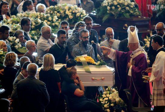 У Генуї попрощалися з першими із 42 жертв мосту смерті
