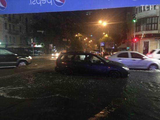 Армагеддон у Києві: столицю знову заливає потужна злива