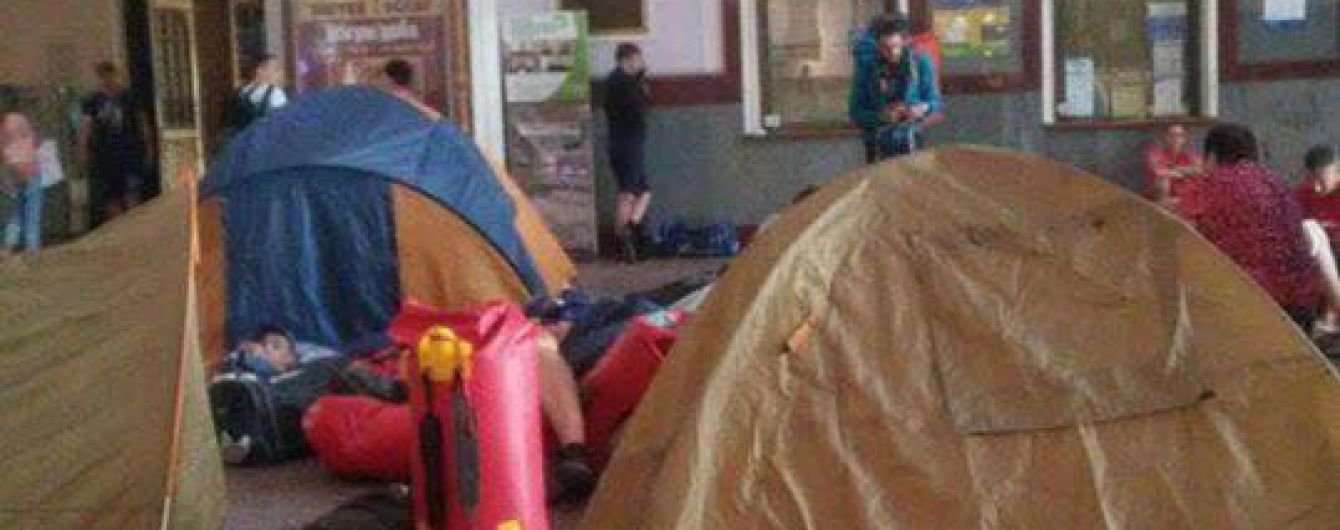 Палатки на вокзале во Львове. В кассах не меняют билеты, люди протестуют