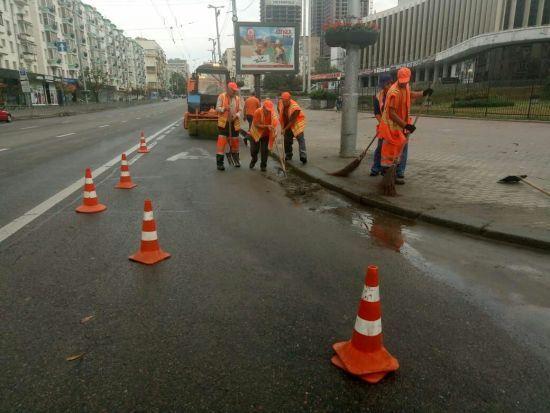 """У """"Київавтодорі"""" відзвітували про прибирання столичних вулиць після нічної зливи"""