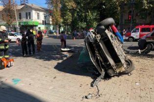 Ужасное ДТП в Сумах: авто патрульной полиции столкнулось с иномаркой и влетело в толпу прохожих
