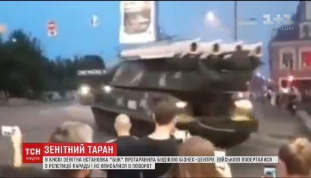 """В Киеве зенитная установка """"Бук"""" протаранила здание бизнес-центра"""
