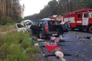 Під Києвом внаслідок потужного зіткнення позашляховика та легковика загинули 4 людини