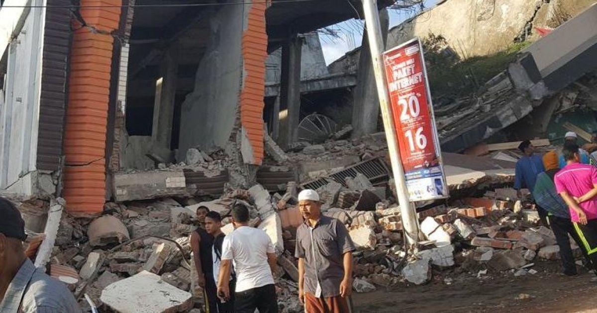 Землетрясение разрушило здание супермаркета
