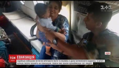 Индийские военные показали потрясающие кадры эвакуации матери и ребенка с крыши дома