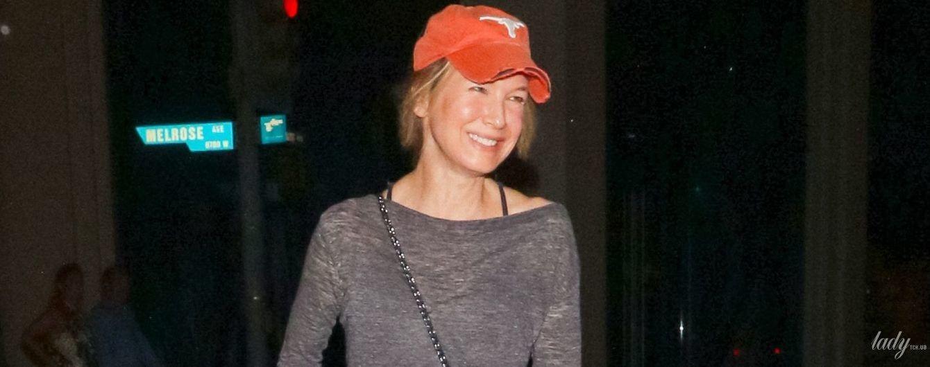 Без макияжа и в рваной кепке: Рене Зеллвегер попала в объективы папарацци