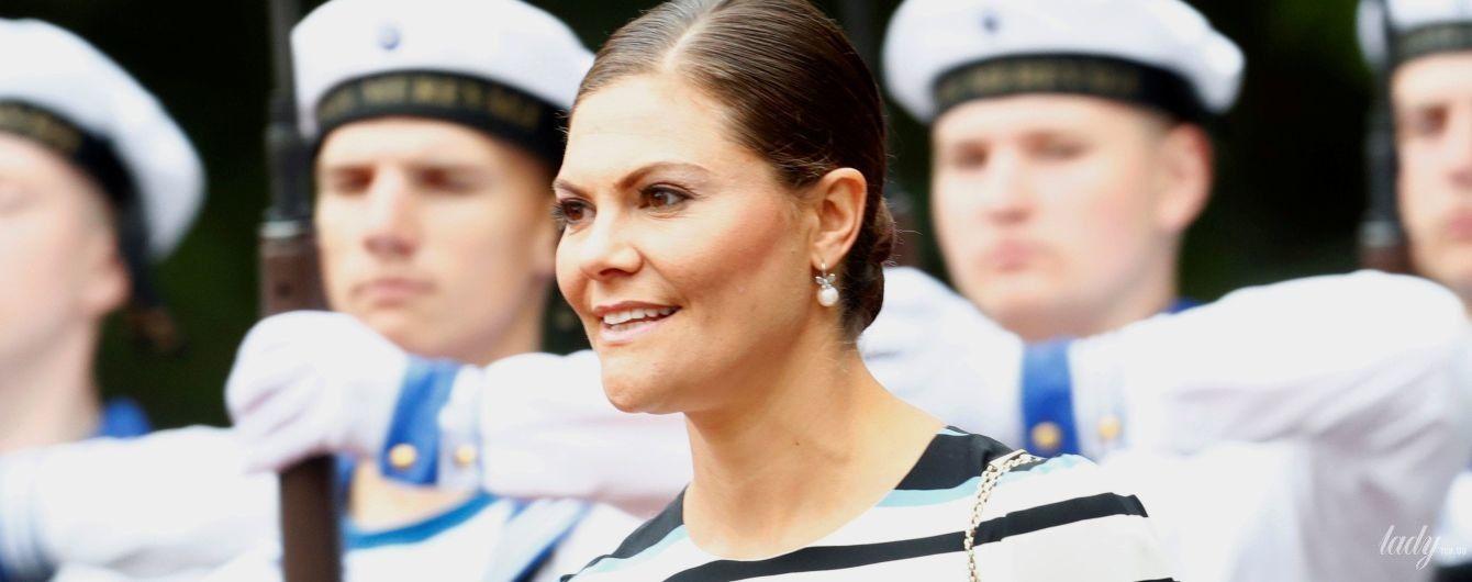 Затмила президента Эстонии: кронпринцесса Виктория надела на деловую встречу полосатое платье