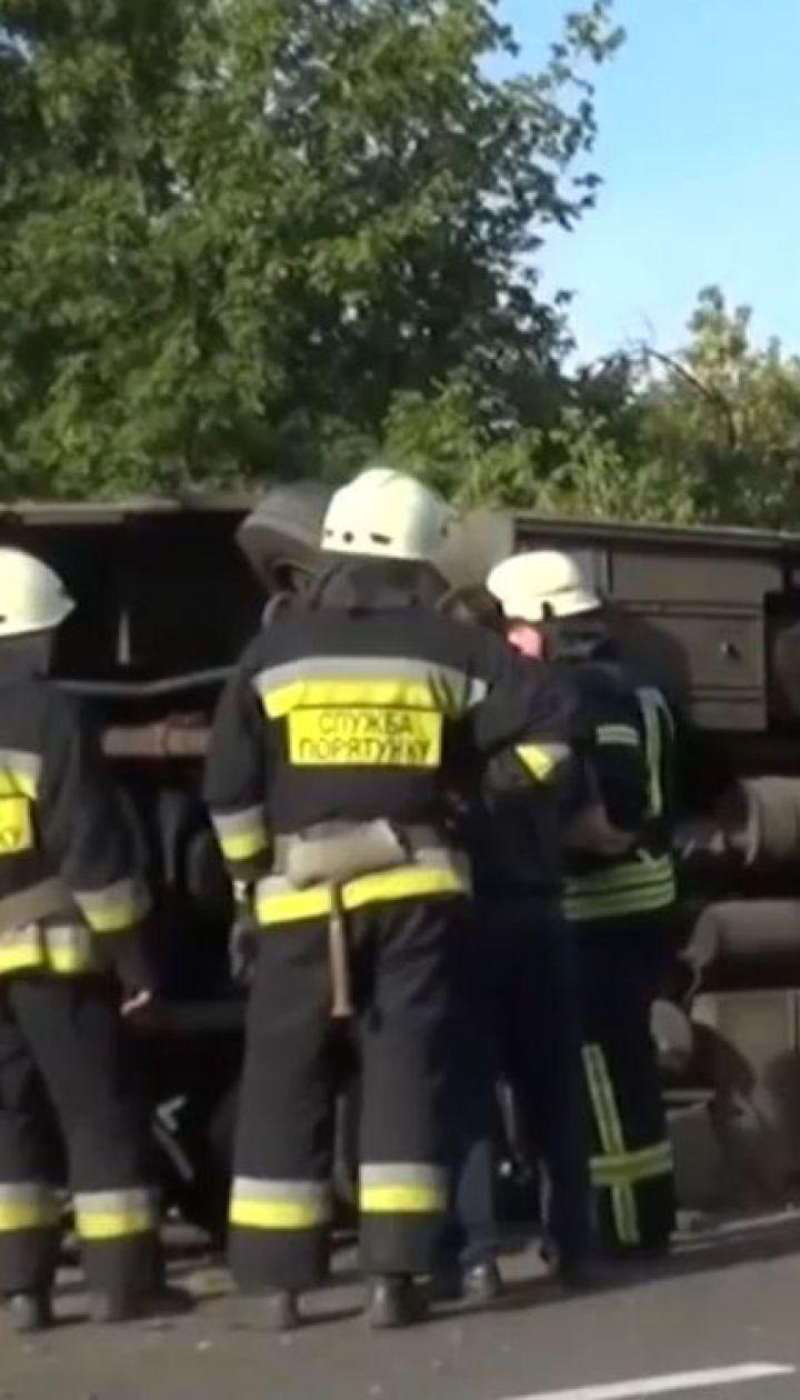 Фура протаранила автобус з людьми під Дніпром, є поранені