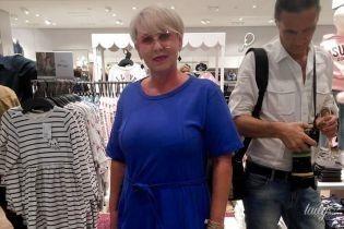 У синій сукні і окулярах: мама Наді Дорофєєвої у стильному образі прийшла на вечірку