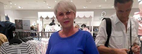 В синем платье и очках: мама Нади Дорофеевой в стильном образе пришла на вечеринку