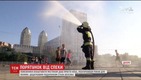 Душ под открытым небом устроили спасатели в Днепре