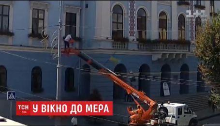 В окно кабинета мэра Черновцов залез человек с автовышки