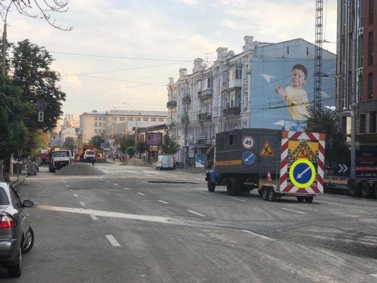 Столична влада назвала причини руйнування асфальту на Антоновича