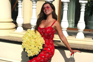 Без трусов: Анна Седокова выступила в откровенном красном платье