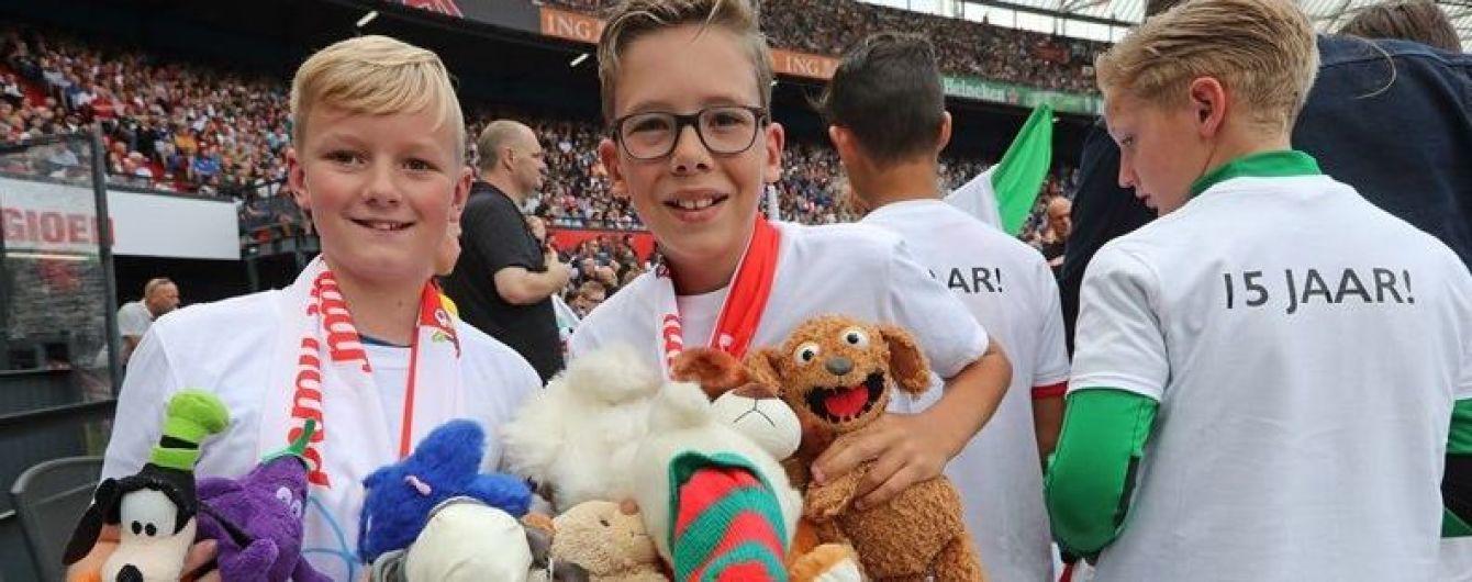 Дощ із іграшок. У Нідерландах уболівальники засипали хворих дітлахів ведмедиками і зайцями