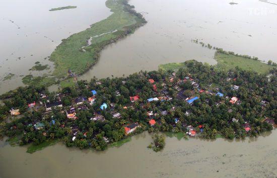 Унаслідок масштабних повеней в Індії мільйон люде стали біженцями