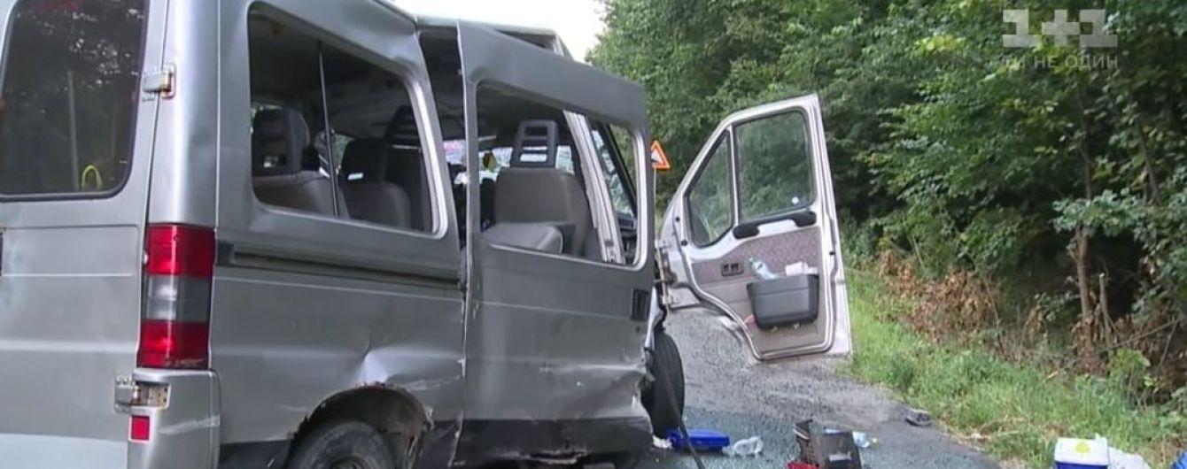 Возле Винницы водитель легковушки на встречке врезался в микроавтобус