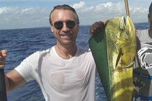 Олег Винник похизувався уловом і спробував сиру рибу