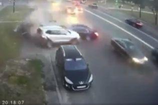 На набережной в Киеве BMW влетел в припаркованные автомобили