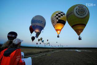Величезні кулі і вогні в небі: в Австрії триває яскравий чемпіонат із повітроплавання