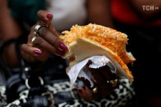 Лебідка для транспортування і аркуші замість тарілок: Reuters показало, як на Кубі роблять піцу