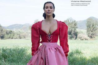 В платье с корсетом: скромница Ким Кардашьян показала грудь в новом фотосете