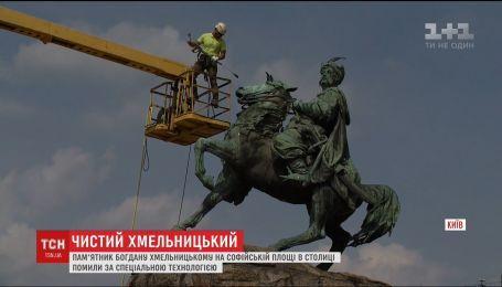 У Києві помили пам'ятник Богдану Хмельницькому