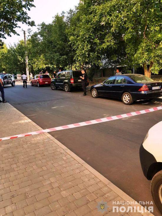В Одесі невідомий підбіг до припаркованого авто та вистрелив у водія