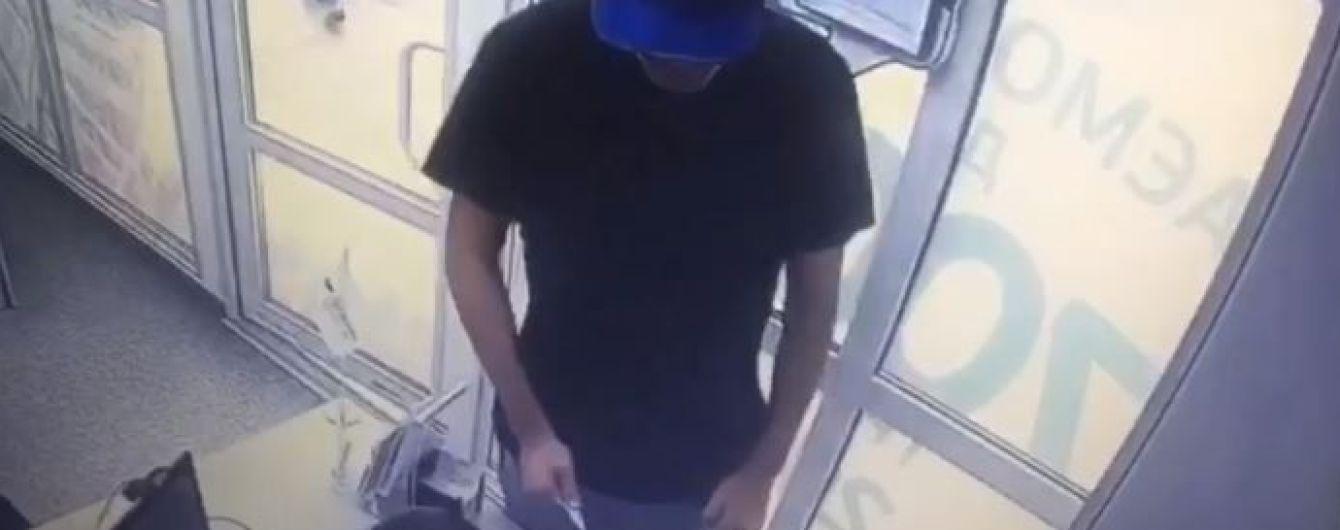 У Києві чоловік із ножем напав на кредитну установу