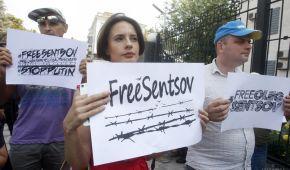 В сотый день голодовки под российскими посольствами массово читали вслух письма Сенцову