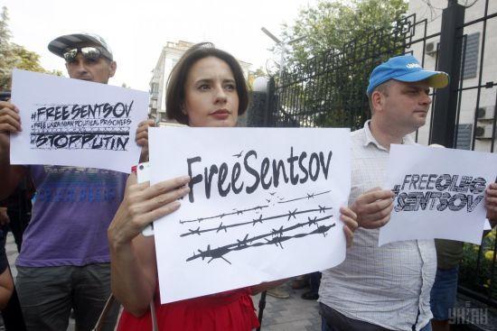 У сотий день голодування під російськими посольствами масово читали вголос листи Сенцову