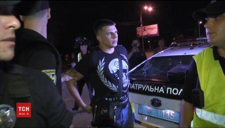 В Киеве водитель на BMW влетел в припаркованные машине, угрожал свидетелям и пытался скрыться